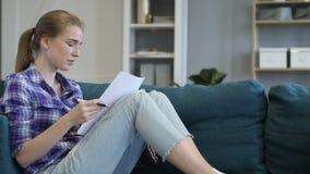 Zadumany młodej kobiety czytanie, Writing na papierze w leżance i zdjęcie wideo