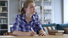 Zadumany młodej kobiety Writing na papierze, Pisarski działanie na powieści fotografia stock