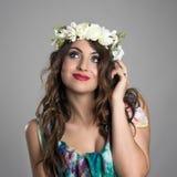 Zadumany myślący czarodziejski princess piękno z kwiatem na jej kierowniczy przyglądający up Zdjęcia Royalty Free
