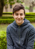 Zadumany nastolatka facet w parku fotografia stock