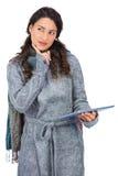 Zadumany wzorcowy jest ubranym zimy odzieżowy mienie jej pastylka Obrazy Royalty Free