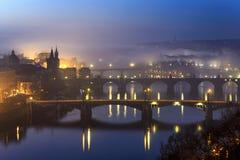 Zadziwiać Charles most podczas mgłowego ranku, Praga, republika czech Obraz Stock