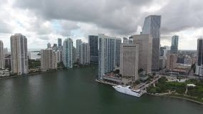 Zadziwiać 4k trutnia architektury powietrznych ogromnych nowożytnych miastowych drapacze chmur Miami Floryda w oceanu seascape pe zbiory wideo