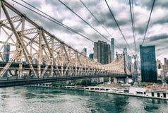 Zadziwiać Manhattan linię horyzontu od Roosevelt wyspy na chmurnym dniu Fotografia Royalty Free