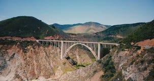 Zadziwiający antena strzał Bixby jaru most przy autostradą 1 w big sur Kalifornia usa, epicki natury linia horyzontu tła strzał zbiory
