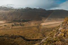 Zadziwiający Północny krajobraz, Iceland Podróż i natura Alpejska faleza z tęczą zdjęcia stock