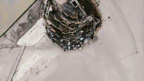 Zadziwiający powietrzny odgórnego widoku Mont saint michel wyspy odkrywczy ikonowy forteca, epicki historyczny podróż punkt zwrot zbiory wideo