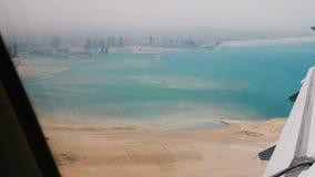 Zadziwiający widok od samolotowego nadokiennego siedzenia krótko po zdejmować, latający nad piękny morze i duży pogodny pustynny  zbiory