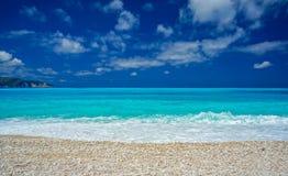 Zadziwiająca błękitne wody w Myrtos plaży, Kefalonia Obrazy Stock