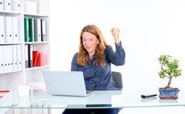 Zadziwiająca biznesowa kobieta przy jego biurkiem obraz royalty free