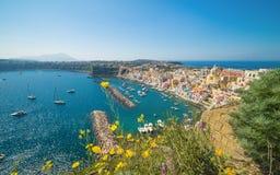 Zadziwiająca colourful Procida wyspa w pogodnym letnim dniu, Włochy Zdjęcie Stock