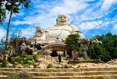 Zadziwiająca duża Buddha statua na krzywka górze Wietnam Zdjęcia Stock
