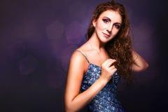 Zadziwiająca dziewczyna z pięknym długim kędzierzawym włosy Zdjęcia Royalty Free