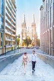 Zadziwiająca historia miłosna brunetka mężczyzna piękna młoda kochająca kobieta i, uścisk na miasto spacerze, chodzi przy zmierzc obrazy stock