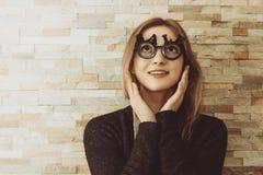 Zadziwiająca kobieta z szkłami kształtował w sprzedaż tekst Obraz Stock