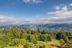 Zadziwiająca lato gór wieś pod niebieskim niebem Obrazy Royalty Free
