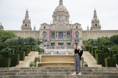 Zadziwiająca młoda kobieta z ładnym stylem w czarny koszulowy patrzeć na muzeum narodowym Catalunya, Catalonia, Hiszpania pogodny zdjęcia royalty free