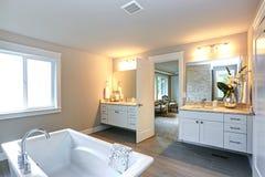 Zadziwiająca mistrzowska łazienka z dwa łazienek bezcelowość zdjęcia stock