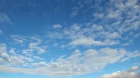 Zadziwiająca noc dnia timelapse niebo z jaskrawymi mknącymi gwiazdami chmurnieje, biel zbiory wideo