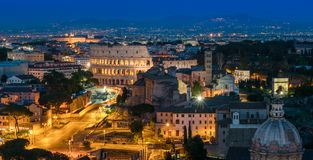 Zadziwiająca nocy panorama w Rzym z Colosseum i forum zdjęcia stock