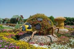 Zadziwiająca piękna zielona gigantyczna biedronka robić od kwiatów w ogródzie Zdjęcie Stock