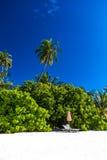 Zadziwiająca plaża w Maldives Niebieskie niebo chmury i relaksujący seascape Zdjęcia Royalty Free