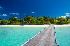 Zadziwiająca plaża w Maldives Niebieskie niebo chmury i relaksujący seascape Fotografia Stock