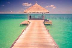 Zadziwiająca plaża w Maldives Niebieskie niebo chmury i relaksujący seascape Obraz Stock
