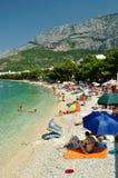 Zadziwiająca plaża z ludźmi w Tucepi, Chorwacja Fotografia Stock