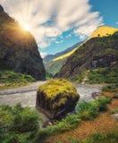 Zadziwiająca scena z górami, piękna rzeka przy zmierzchem Zdjęcia Stock