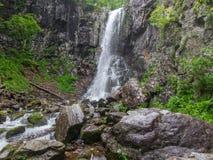 Zadziwiająca siklawa w głębokim lasu krajobrazie Fotografia Stock