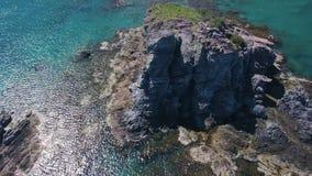 Zadziwiająca skała wśrodku turkus wody morze śródziemnomorskie, widok z lotu ptaka, copter lata blisko szczyt zbiory
