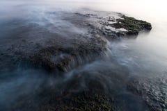 Zadziwiająca skała w morzu Fotografia Stock