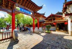 Zadziwiająca tradycyjna orientalna Chińska czerwień rzeźbił drewnianą bramę Fotografia Royalty Free