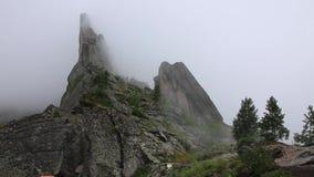 Zadziwiająca upływ scena mgły chodzenie w sławnej górze w Chiny zbiory