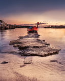 Zadziwiająca zmierzch plaża z łodzią rybacką Obrazy Stock