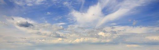 Zadziwiające puszyste chmury unosi się na niebieskim niebie Obrazy Royalty Free