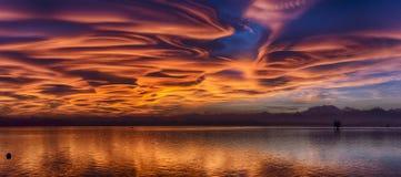 Zadziwiające soczewkowate chmury przy zmierzchem obrazy stock