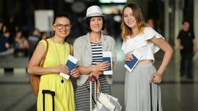 Zadziwiające Uśmiechnięte dziewczyny w Jaskrawej lato odzieży są Szczęśliwe Mieć wakacje Wpólnie Młode Kobiety Trzymają dokumenty zbiory wideo