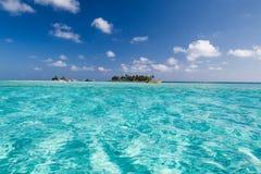 Zadziwiającego turkusu wodna i mała wyspa w karaibskim zdjęcia stock