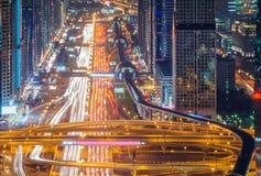 Zadziwiającej nocy Dubai w centrum linia horyzontu i drogowy prowadzić Abu Dhabi, Dubaj, Zjednoczone Emiraty Arabskie zdjęcia stock