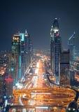 Zadziwiającej nocy Dubai w centrum linia horyzontu i drogowy prowadzić Abu Dhabi, Dubaj, Zjednoczone Emiraty Arabskie fotografia stock