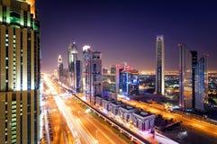 Zadziwiającej nocy Dubai w centrum linia horyzontu i ruchu drogowego dżem podczas godziny szczytu drogowy araba Dubaju emiratów s obraz royalty free