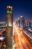 Zadziwiającej nocy Dubai w centrum linia horyzontu i ruchu drogowego dżem podczas godziny szczytu drogowy araba Dubaju emiratów s fotografia stock