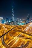 Zadziwiającej nocy Dubai w centrum linia horyzontu z wysokimi drapaczami chmur, Dubaj, Zjednoczone Emiraty Arabskie obrazy stock