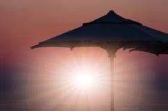 Zadziwiający świt z parasol przy tłem zdjęcia royalty free