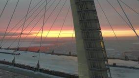 Zadziwiający anteny 4k widok na ogromnego stal mosta w budowie miejscu przez lodowego glacjalnego jezioro w ciepłym różowym wiecz zbiory