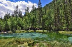 Zadziwiający błękitny gejzeru jezioro w górach Altai, Rosja Zdjęcia Stock