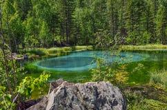 Zadziwiający błękitny gejzeru jezioro w górach Altai, Rosja Zdjęcie Royalty Free