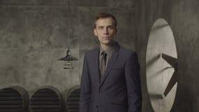 Zadziwiający biznesmen patrzeje intrygujący w formalnej odzieży zbiory